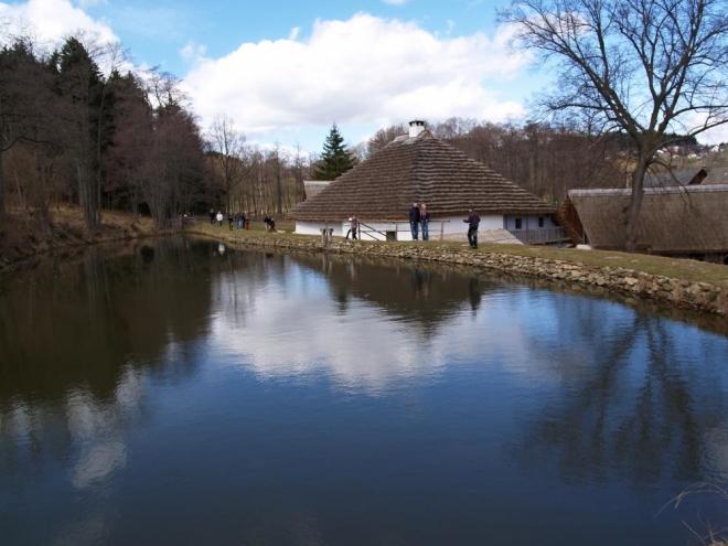 A další přes rybníček.