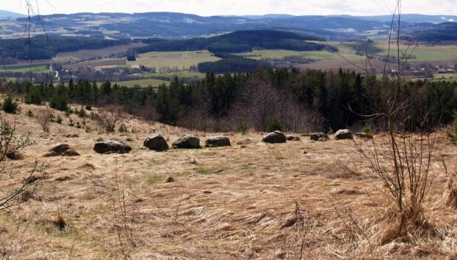 Kamenná řada a celé okolí je opředené dávným tajemstvím. Keltové, Germáni, Slované, bylo by zajímavé mít stroj času a moci pohlédnout do dob dávno minulých, jako se to povedlo panu Broučkovi.