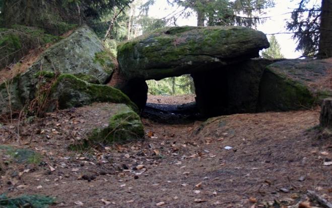"""Co je to vlastně dolmen? Dle Wikipedie """"kamenný stůl"""" (z bretonštiny-keltský jazyk). Prehistorická megalitická stavba z velkých nepravidelných kamenných bloků, zpravidla gigantických rozměrů, patrně zbytek vnitřního prostoru pohřebních mohyl. Dolmeny dochovány v různých částech světa, v Evropě (především západní) od neolitu po dobu bronzovou."""