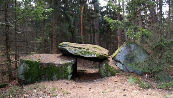 Kdo se sníží k tomu, že podleze pod tímto kamenem, bude dlouho zdravý. Z nás to kupodivu neudělal nikdo. Asi nikoho z nás žádné neduhy netrápí.
