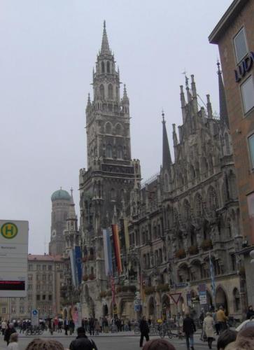 Náměstí Marienplatz v Mnichově a novoměstská radnice