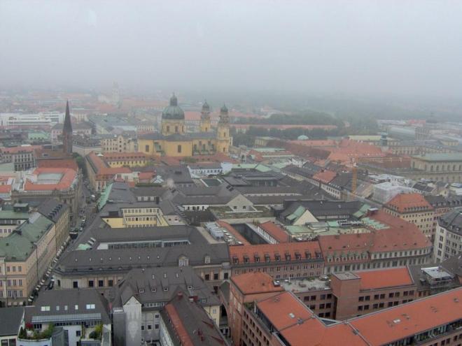 Výhled na zamračený Mnichov. V dáli Theatinerkirche.