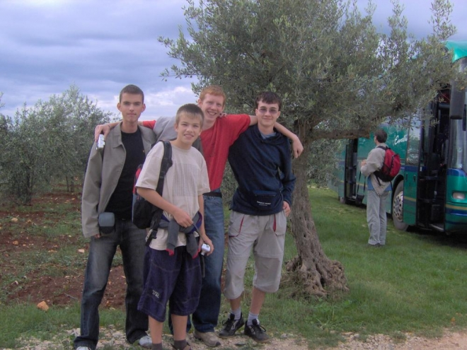 Naše čtveřice. S námi tu byly kromě vedoucích 2 třídy po cca 10 zástupcích s učiteli, my jsme expedici vyhráli v kategorii jednotlivců.