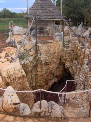 I na Istrii jsou jeskyně. Už si sice vůbec nepamatuji jméno (a nejsem schopen ho dohledat), nicméně byla celkem malá. Fotky z ní se samozřejmě moc nevyvedly.