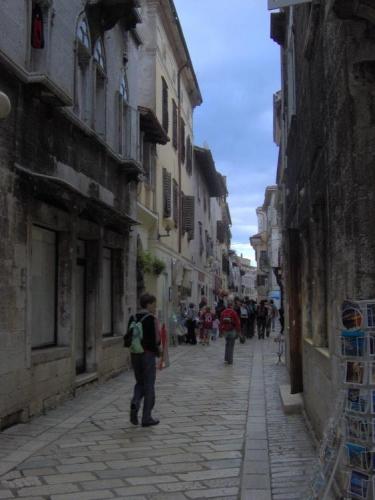 Úzké uličky jsou pro stará města na pobřeží Istrie velmi typická. Foceno nejspíš v Poreči.