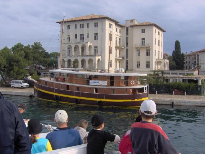Pěkná loď, možná dokonce dřevěná, ale spíš dřevo imitující.
