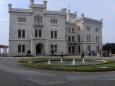 Abychom Terstem jen bezúčelně neprojížděli, zastavili jsme v zámku Miramare, obklopeném celkem pěknou, ale ne přeplácanou zahradou.