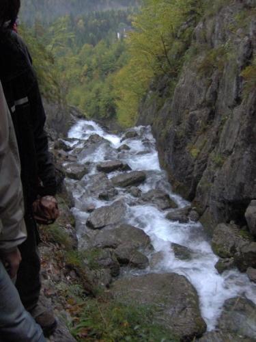 Těsně za pramenem padá řeka prudce dolů.