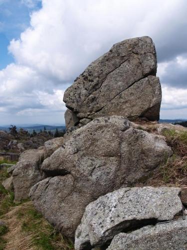 Kamenné bloky zde prosí slunečné bohy o pár hřejivých paprsků.