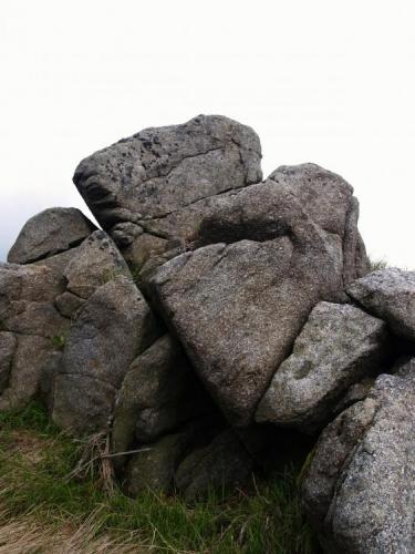 Pokud se však slunce schová za četné mraky, je lepší se před větrem a chladem schovat do závětří vrcholových skal.