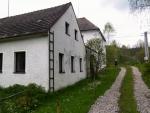 Nejstarší písemná zpráva o Skříněřovu se zachovala z roku 1393 ve formě Schriferstift. Tento první název se postupně měnil – v roce 1395 Scinerstift, Schreynerslag. Kolem roku 1440 se poprvé objevuje české označení Skříněřuov a v roce 1483 Skříněřov a obec byla součástí rychty ve Chrobolech. V roce 1600 zde bylo 14 osedlých. V polovině 17. století jsou doloženy další názvy – v roce 1654 Schrainerschlag, v roce 1720 Schreinetschlag a v roce 1854 také Skříměřov a v roce 1904 poslední název Skříněřov, který se udržel do současné doby. Od roku 1850 samostatná politická obec s osadami Koryto, Mošna (zanikla) a Sviňovice. Poslední osada se v roce 1933 osamostatnila. V roce 1906 sloučena obec s osadami s obcí Zbytiny.