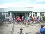 Shromáždění cyklistů před školou
