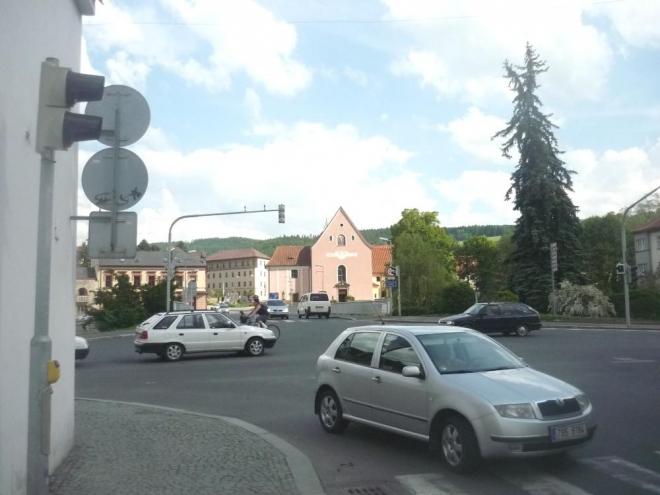 V dálce kostel sv. Felixe a kapucínský klášter