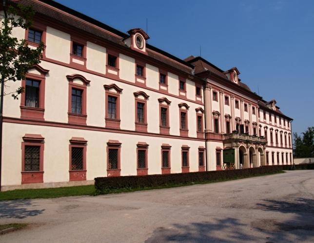 Sám lovecký barokní zámeček byl postaven v barokním slohu podle projektu architekta Bayera pro knížete Schwarzenberka jako lovecký zámek na počátku 18. století. Sloužil k pořádání honů a loveckých slavností. První lovecké muzeum zde vzniklo již v polovině 19. století.