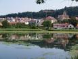 Městem Hluboká podjíždíme nám známý zámek, ale vy si klidně udělejte odbočku a vytlačte kola na zámeckou zahradu. Pokochejte se pohledem na davy turistů a zámek Hluboká především a sjeďte parkem dále po cestě směrem dolů k Vltavě.