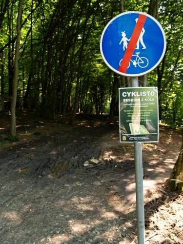 """Na pátém kilometru musejí cyklisté sesednout ze sedla, protože v lokalitě roste chráněný kruštík modrofialový. Na podzim už by měla být i tato část cesty zpevněna. Tak jak tento úsek dnes, pár dnů po otevření stezky vypadá, bych se vsadil, že dobrý úmysl ochranářů se opět minul účinkem. Místo 2,5m široké cesty je zde oraniště v šíři asi deseti! Inu není nad """"učené"""" hlavy."""
