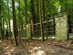 Další cesta vede blízko ohrady, více stoupá a vzdaluje se řeky (zde již více Hněvkovické přehrady).