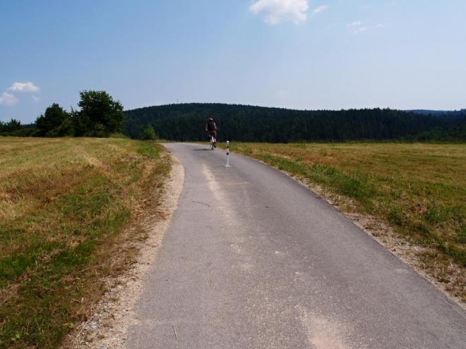 My Karlův hrádek již známe a tak míříme rovnou nahoru nad Purkarec, do kterého sjíždíme až k hospodě.