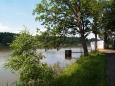 Vede klidnou krajinou kolem lesního rybníka - Blanského. Tady si na jeho březích můžete nasbírat vzácné kotvice.