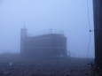 Konečně na vrcholu... jen naděje na spatření východu slunce se rozplývají, mrak zatím nikoliv.