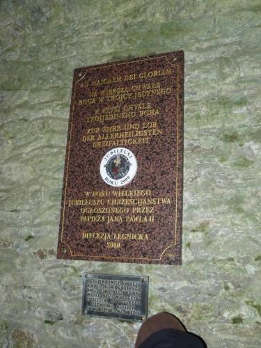 Deska v kapli, jež nám poskytla úkryt.