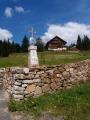 Z domů na Bučině zůstala torza. Jen tento dům se po demolici bývalého hotelu podařilo obnovit. Těžko říct, jestli se ještě vrátí doba, kdy zde opět bude stát horská vesnice. Místo s výhledem k Alpám je ideální.