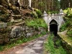 Ještě by to chtělo maličkost. Obnovit i průchod tunelem k Jelení. V minulém století to bylo možné a turisté se nořili s loučemi do podzemí.