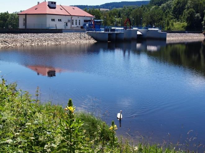 Před Vyšším Brodem je Vodní nádrž Lipno II. Ta byla postavena na západním okraji městečka a slouží jako vyrovnávací nádrž pro přehradní nádrž Lipno. Zachycuje přívaly vod, které vznikají při špičkovém chodu elektrárny Lipno, a vypouští je bez kolísavých průtoků dále do řeky. A právě tady pod ní je i proslulé nástupiště vodáků k splouvání Vltavy. To, že voda teče celé léto prakticky stejným průtokem, zajišťuje její sjízdnost.