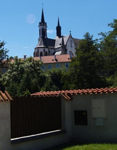 Stavba známého klášteru ve Vyšším Brodu byla započata v polovině 13. století a skončila až v 80. letech století čtrnáctého. Až v 17. století byla postavena 1. kostelní věž. Další úpravy proběhly v 1. polovině 19. století, kdy byl kostel rekonstruován v gotickém slohu a byla k němu přistavěna další kostelní věžička. Více najdete na http://www.klastervyssibrod.cz/Historie/Klaster-pod-patronaci-Rozmberku