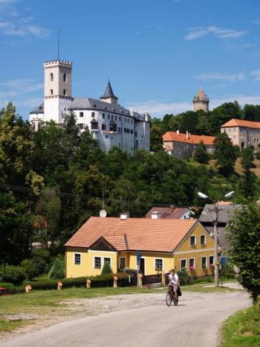 Hrad pochází z poloviny 13. století a patří mezi nejstarší hrady Vítkovců, předchůdců jednoho z nejvýznamnějších českých šlechtických rodů - Rožmberků. Jedná se o komplex původně dvou rožmberských hradů tvz. Dolní hrad a Horní hrad, z něhož se zachovala pouze kamenná hláska zvaná Jakobínka. Horní část byla později upravena na letní šlechtické sídlo.