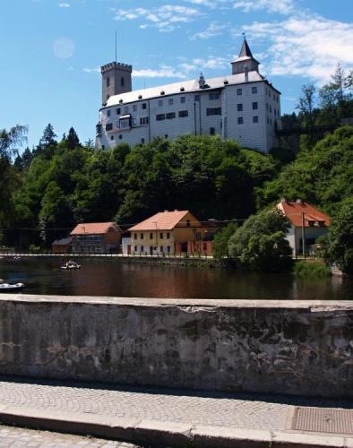Rovněž Dolní hrad prošel několika přestavbami, z nichž nejvýznamněji ovlivnila podobu hradu renesance a konečně styl anglické novogotiky.