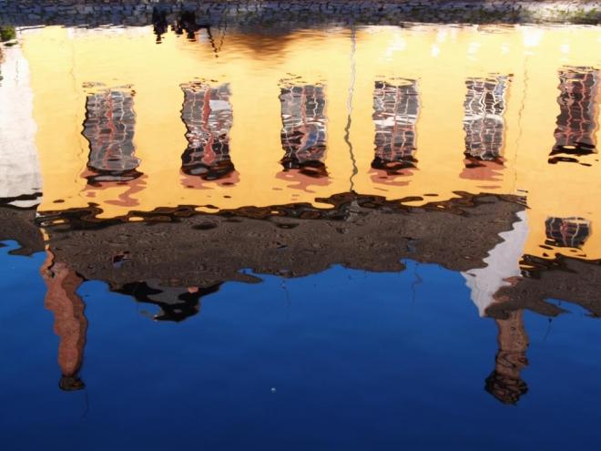 Klidnější voda nad jezem zase maluje své akademické výtvory.