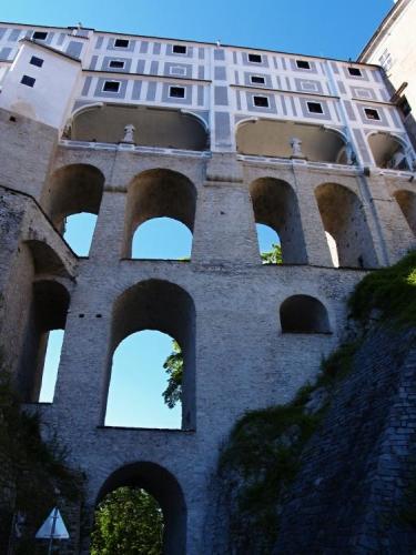 Druhý největší hradní a zámecký komplex v České republice patří k nejvýznamnějším památkám ve střední Evropě. Zámecká věž s celým areálem tvoří jednu z dominant města. Původně gotický hrad ze 13. stol. byl rozšířen ve 14. stol. a v 16. stol. renesančně přestavěn. V 17. a 18. stol. byly provedeny barokní a rokokové úpravy. My ale už opouštíme slavné město a ještě něco přes hodinku musíme šlapat tvrdě do pedálů. Za Chvalšinami mám ve stoupání slušnou krizi, ale vidina příjemné postele na chatě mi pomůže vyždímat ze sebe poslední zbytky sil. Lukáš se zdá v pohodě.