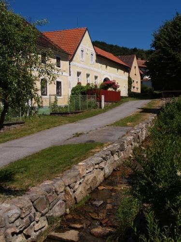 Vodická náves je upravená, stejně tak potůček protékající vesnicí.
