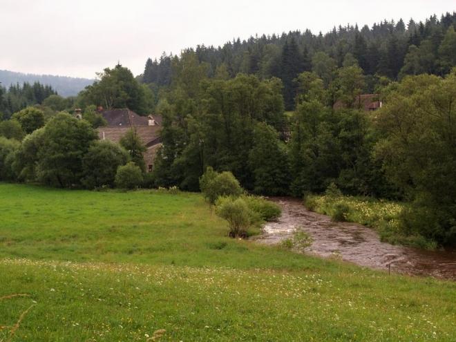 Původní úmysl jít z Blažejovic, místa kde jsme se z různých směrů všichni auty sjeli, po Zlaté stezce směrem na Vysoký les, nám nevyšel. Důvod byl prostý, přeznačkování žluté, která nyní místo terénem a lesem jde po asfaltce kolem rozpadajícího se mlýna do Cudrovic.