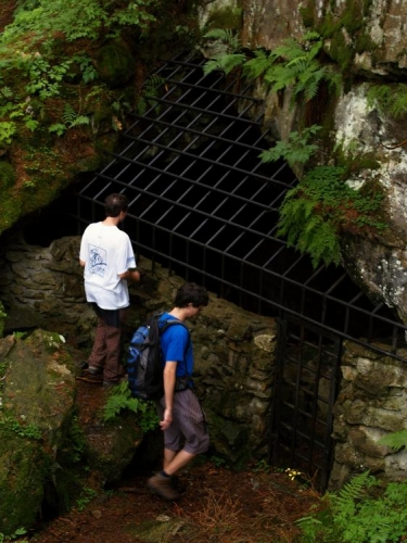 Kolem vznikly, zřejmě kdysi dávno po sesuvu skal, četné jeskyně a průrvy, kolem kterých nás vede modrá značka.
