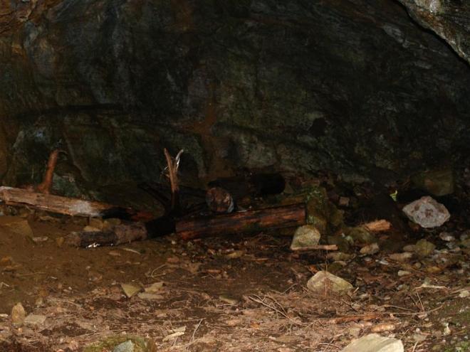 Do dvou větších jeskyní je možné pouze nahlédnout, vchody jsou opatřeny bytelnou mříží. Ještě by do nich za nepohody mohli lézt turisté, a nebo v nich dokonce přespávat trampíci.