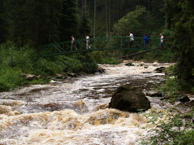 Nevím, jestli tento můstek vydržel povodně z roku 2002, ale je faktem, že i na Blanici vzalo tehdy plno mostů za své. U Blažejovic, kudy vede frekventovaná cesta z Prachatic do Volar, se poroučel most také a trvalo pár let, něž o kus dál fungl nový postavili.