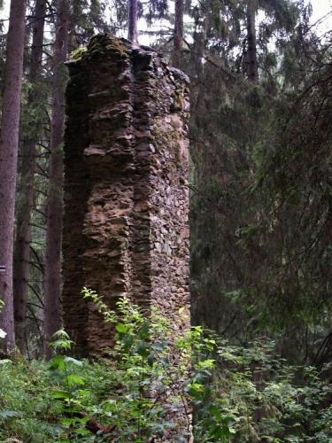 Hrad byl vystavěn na úzkém skalnatém ostrohu obtékaném řekou Blanicí a přístupný byl jen od severu. Tam bylo opevněné předhradí a hned za ním stál vlastní hrad chráněný hlubokým, ve skále vylámaným příkopem s hradbou.