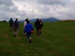 Jitka nás straší, že jsou tady pastviny pro zdivočelé býky a radši jde poslední. Naštěstí za kopcem, kde se kocháme výhledy k Bobíku, polehává jenom pár mírumilovných krav.
