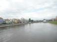 Pohled z mostu na novější část města