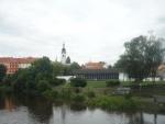 Kostel a pod ním plavecký stadion