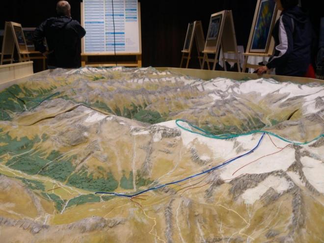 Alespoň v tom Europahausu mají pěkný interaktivní model Zillertalských Alp se světýlky na každém zajímavém místě. Chcete si vyjít na nějaký vrchol? Tady stačí jen dva prsty.