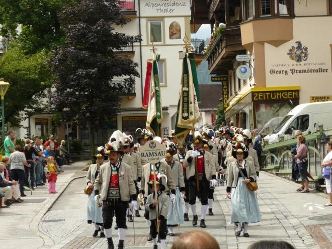 V Mayrhofenu potkáváme ještě průvod v slavnostních krojích, tento je z vesnice Ramsau, v níž bydlíme.