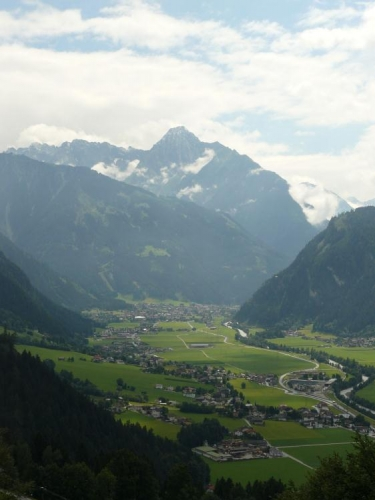 Po chvíli stoupání máme údolí jako na dlani. Hora vzadu se jmenuje Dristner (2767 m) a turistická značka na něj asi nevede, je taky docela nízký :-).