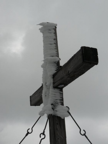 Vrcholový kříž má také ozdobu.