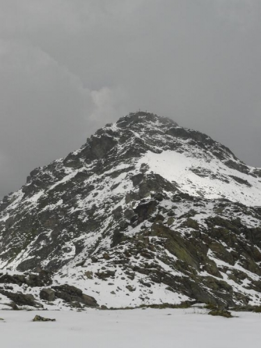 Černá, bíle pocukrovaná pyramida Rastkogelu.