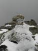 Sochař vítr za pomoci studených pařátů zimy vytvořil abstraktní umělecké dílo ze sněhu.
