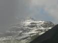 Na Wangl Spitze se valí temný mrak, vpravo je zase temná hora ...
