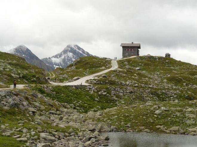 Z dálky malá, leč ve skutečnosti docela velká chata Pfitscherjochhaus je cílem naší cesty.